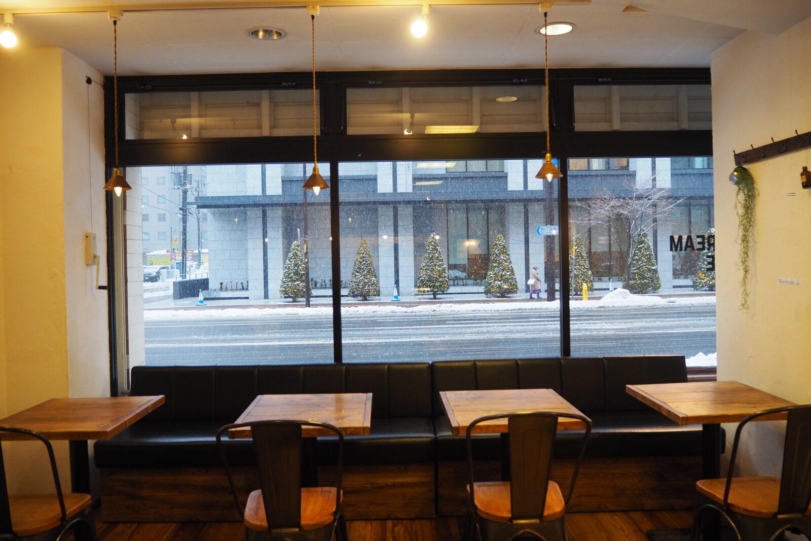 札幌カフェの窓側の席と外の様子