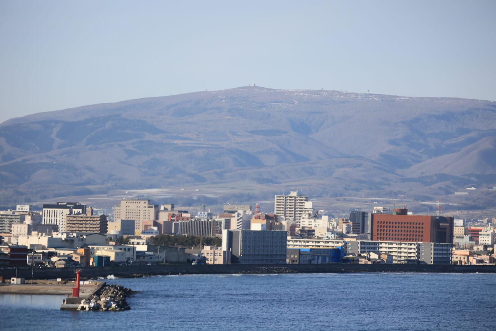 立待岬から見た恵山と市街地