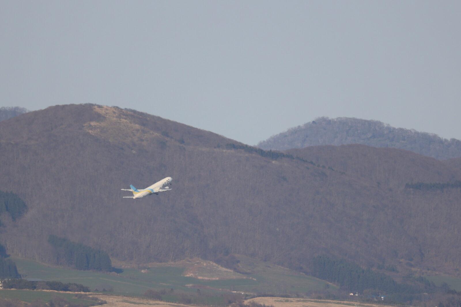 函館空港を離陸したAIRDOのジェット機