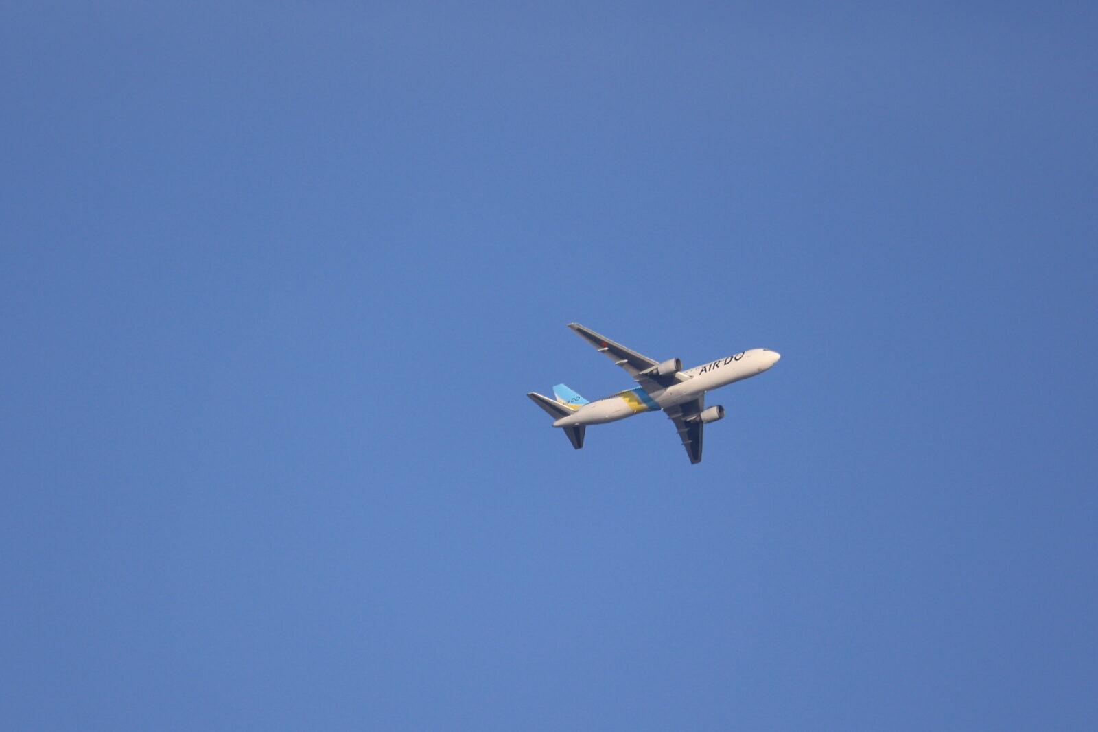 立待岬上空を飛行するAIRDOの小型ジェット機